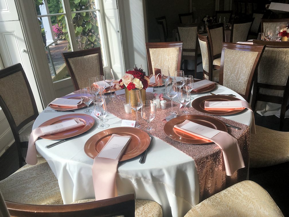 Chemin de table rose gold, centre de table or, roses et chandelles, sous-assiette rose gold